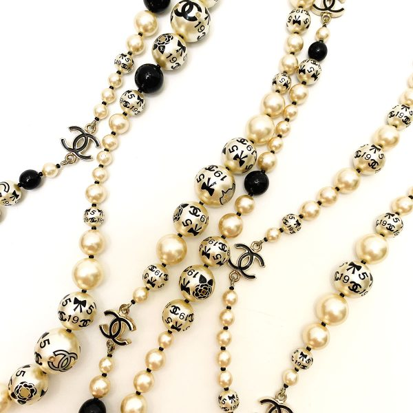CHANEL coco icons black and white pearl long necklace